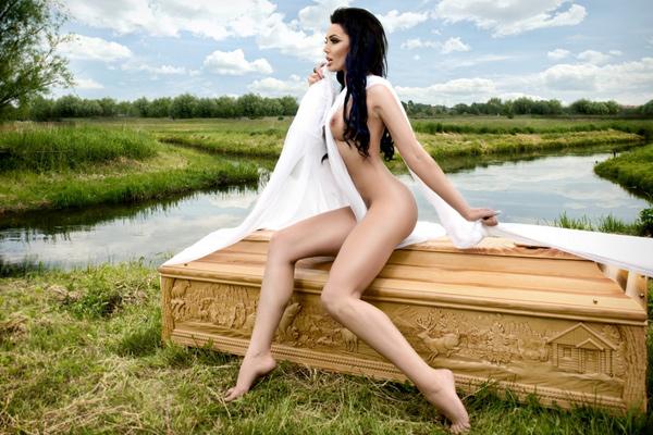 Польские гробовщики выпустили эротический календарь