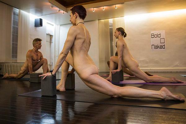 Как проходят занятия по голой йоге